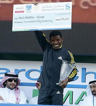 Haile Gebrselassie con el cheque de ganador