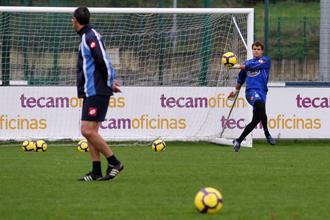 Aranzub�a prueba su desplazamiento en largo durante un entrenamiento del Deportivo.