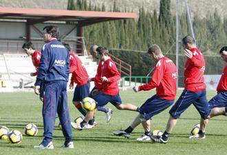 Varios jugadores de Osasuna disparan a porter�a ante la mirada de Camacho durante el entrenamiento de este viernes.