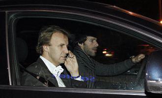Van Nistelrooy y su agente, Roger Lindse, tras el reconocimiento m�dico al que ha sido sometido este viernes en Madrid el delantero holand�s.