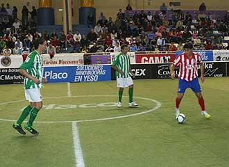 Paunovic controla el bal�n durante el partido.