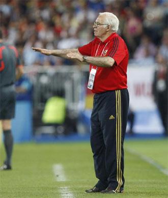 Luis Aragon�s da indicaciones a sus jugadores durante su etapa como seleccionador de Espa�a