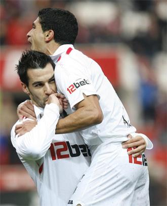 Negredo celebra su gol junto a Renato