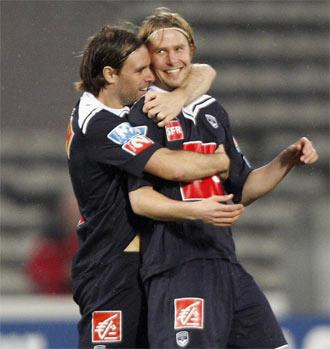 Cavenaghi celebra un gol junto a Plasil
