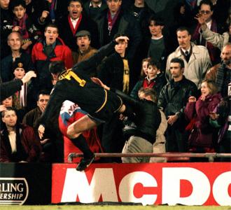 Cantona agrede a un aficionado del Crystal Palace.