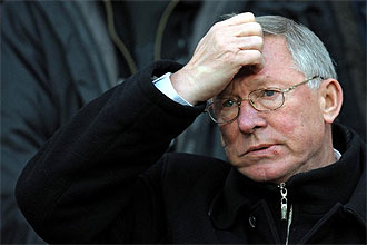 Alex Ferguson, con gesto serio, durante el partido que el Manchester United jugó ayer, sábado, contra el Hull City