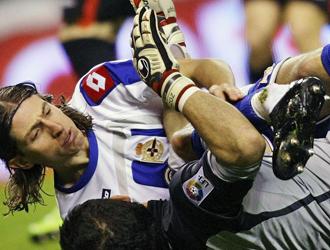 Filipe Luis mira su tobillo roto despu�s de que Iraizoz le cayese encima.
