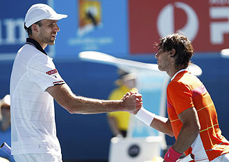 Nadal y Karlovic salud�ndose tras el partido