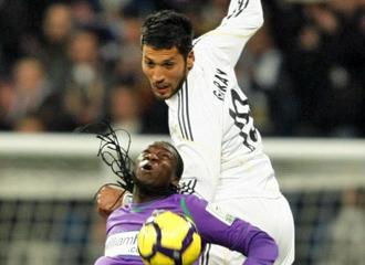 Garay salta en la disputa de un bal�n antes de ser sustituido.