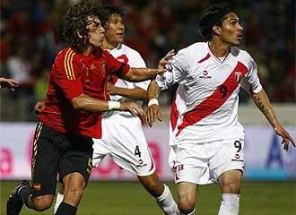 Guerrero, en un partido de su selecci�n junto a Puyol.