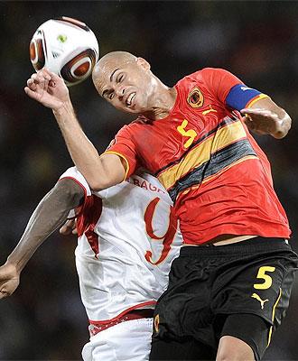 El capit�n de Angola Kali remata de cabeza durante el partido ante Mali en la Copa de �frica