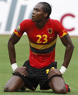 Manucho, delantero de Angola, se lamenta tras fallar una ocasi�n