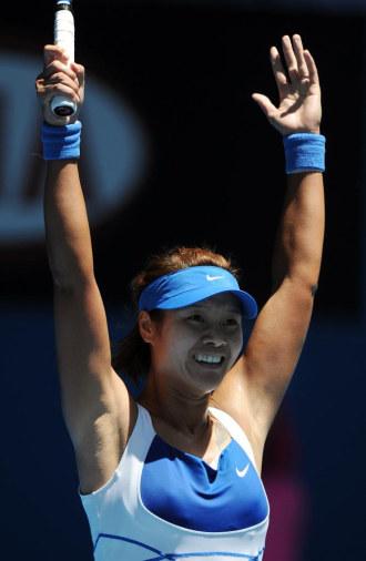 Na Li celebra su victoria sobre Caroline Wozniacki en Australia.