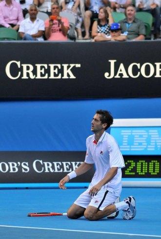 Marin Cilic, arrodillado en la Rod Laver Arena tras ganar a Andy Roddick.