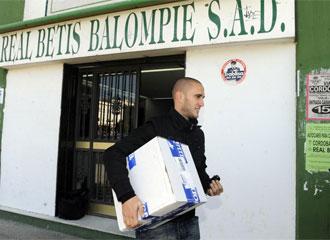 Dani, en el momento en que abandonaba las oficinas del Betis