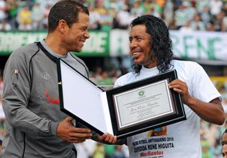 Higuita recibe una placa de manos de �scar C�rdoba en el partido homenaje del pasado s�bado en el estadio de Medell�n.