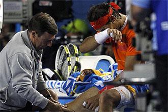 Rafa Nadal es atendido por los servicios m�dicos del Open de Australia en el partido que le enfrent� a Andy Murray