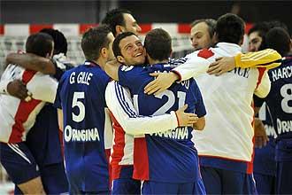 Los jugadores franceses se abrazan tras firmar su clasificaci�n a semifinales.