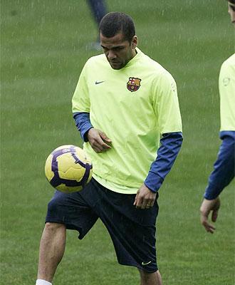Dani Alves, en un entrenamiento del Barcelona.