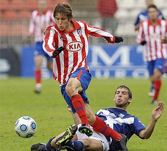 Keko se marcha de un jugador del Tenerife B en un partido con el filial del Atlético.
