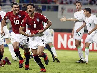 Hosny Abd Rabo celebra el primer gol de Egipto.