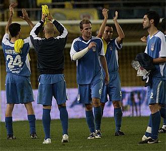 Los jugadores del Puertollano saludan a su afici�n.