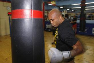 Gabriel Campillo golpea el saco durante una sesi�on de entrenamientos en el gimnasio.