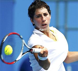 Carla Su�rez golpea la bola en un partido del Open de Australia.