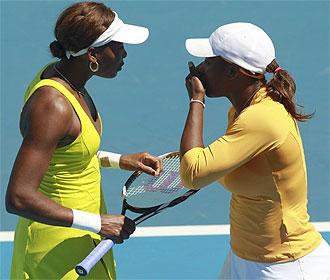 Serena y Venus hablan despu�s de un punto.