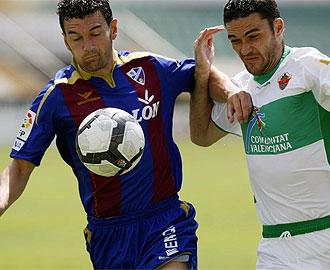 Molina y Corona pelean por un bal�n durante el encuentro de ida.