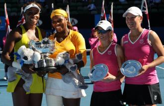 Serena y Venus Williams (i) posan junto a Cara Black y Liezel Huber (d).