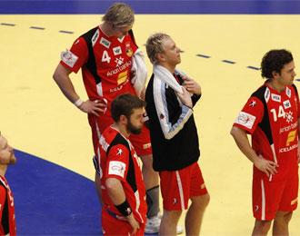 Los jugadores islandeses, tocados tras la derrota.