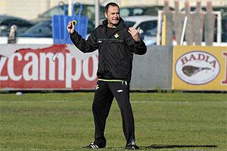 V�ctor Fern�ndez da instrucciones a sus jugadores durante un entrenamiento del Betis