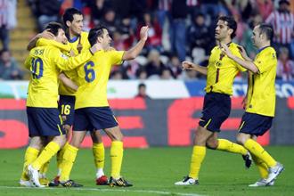 Los jugadores del Barcelona celebran el tanto de Pedro.