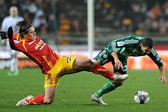 Ilan Araujo cae derribado por el jugador del Lens Kovacevic