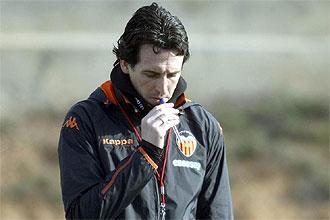 Unai Emery, pensativo durante una sesi�n preparatoria del Valencia