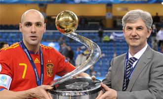 Javi Rodr�guez y Jos� Venancio, con el trofeo de campeones de Europa