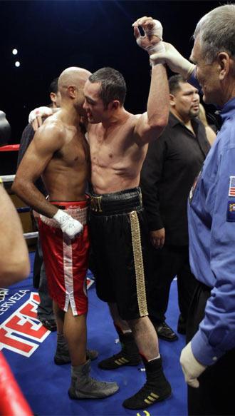 Campillo abraza a Shumenov despu�s del combate