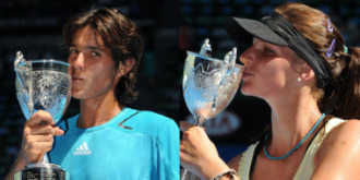 Tiago Fernandes y Karolina Pliskova, besando sus trofeos.