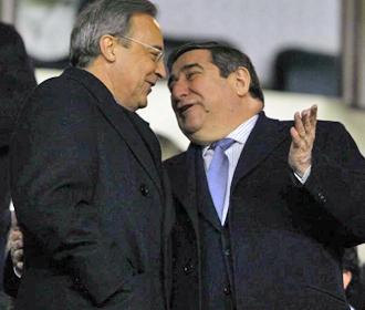 Florentino y Lendoiro se saludan en el palco de Riazor.