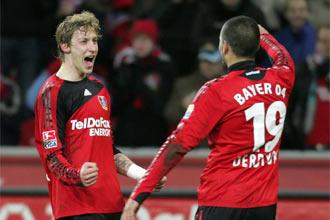 Stefan Kiessling celebra su gol junto a Eren Derdiyok.