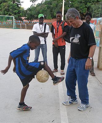 Los chicos del campus en Luanda junto a Bora Milutinovic