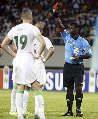 Coffi expulsa a un jugador de Argelia.