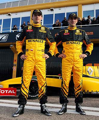 Kubica posa junto a Petrov en el circuito Ricardo Tormo de Cheste.