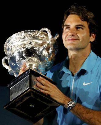 Roger Federer posa con el trofeo de campe�n en Australia.