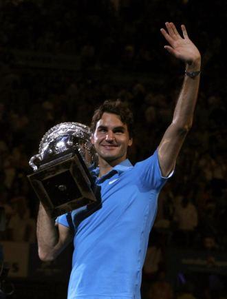 Roger Federer saluda al p�blico de Melbourne Park.