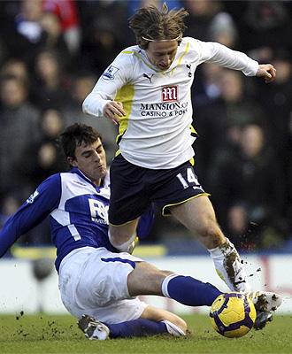 M�chel intenta robarle el bal�n a Modric en el partido del Birmingham ante el Tottenham
