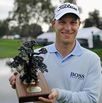 Ben Crane posa con el trofeo que le acredita como ganador del torneo de San Diego