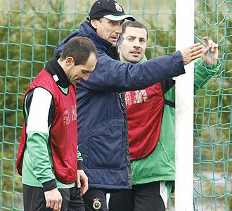 Miguel �ngel Portugal, junto a Munitis y Lacen, durante un entrenamiento del Racing.