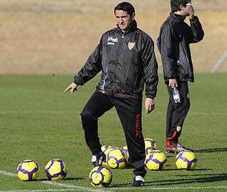 Manolo Jim�nez, durante un entrenamiento del Sevilla.
